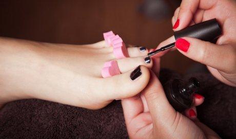 Centre esthétique pour soin des pieds avec pose de vernis à Lyon , vernis semi permanent  ,pédicure ,pansement ongle cassé, fêlé ,fendu  , soins ongles des orteils  , masque , massage pieds