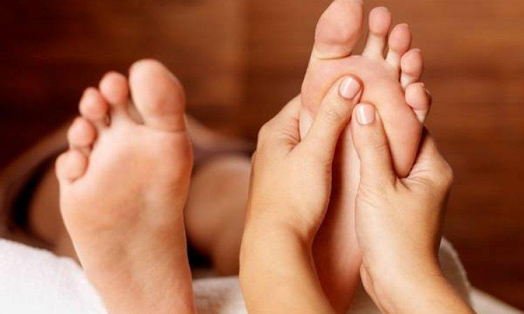 traitement callosités , cornes des talons , retrait des cuticules , gommage des pieds , masque nourrissant pieds secs ,crevassés  , réflexologie plantaire à lyon